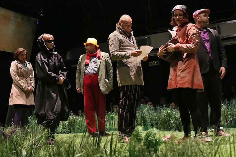 sursa http://yorick.ro/dupa-inmormantare-conversatie-despre-teatru-si-mormintele-lui/
