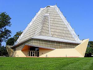 sursa fotografiei: http://urbipedia.com/index.php?title=Sinagoga_Beth_Sholom