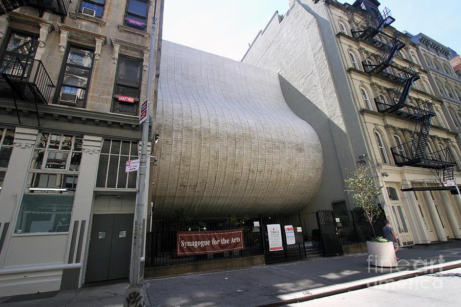 sursa fotografiei: http://fineartamerica.com/featured/civic-center-synagogue-now-the-synagogue-for-the-arts-steven-spak.html