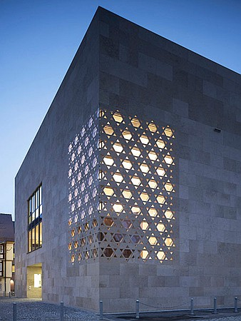 (sursa fotografiei: http://www.interiordesign.net/projects/detail/1683-contemporary-worship-ulm-synagogue/)