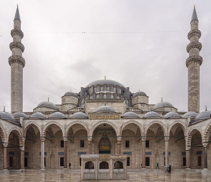 Moscheea Suleymaniye; sursa - https://upload.wikimedia.org/wikipedia/commons/c/c8/Cour_mosquee_Suleymaniye_Istanbul.jpg