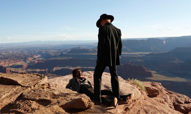 sursa imaginii https://www.theguardian.com/tv-and-radio/2016/sep/14/westworld-first-look-review-move-over-game-of-thrones-its-cowboy-time