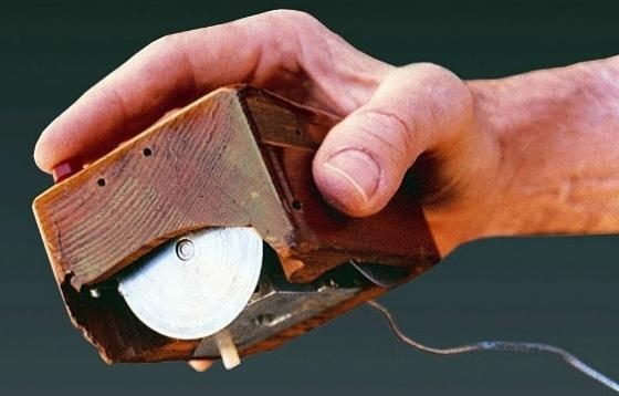 sursa fotografiei http://www.networkworld.com/article/2224896/software/douglas-engelbart--inventor-of-the-computer-mouse--dies-at-88.html