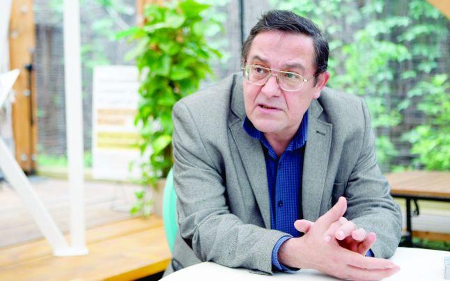 sursa http://adevarul.ro/cultura/carti/interviu-cristian-teodorescu-scriitor-exista-complicitate-ziaristilor-politica-1_55686c6dcfbe376e35b85988/index.html