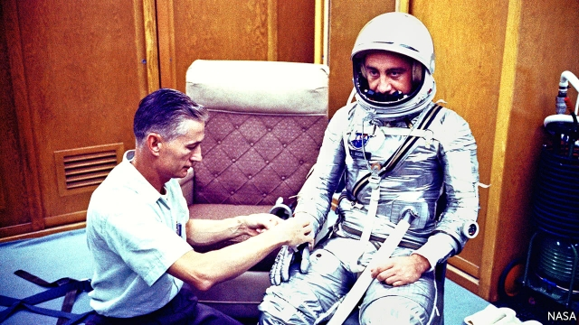 sursa fotografiei https://www.economist.com/news/obituary/21730399-spacesuit-technician-was-101-obituary-joseph-schmitt-died-september-25th