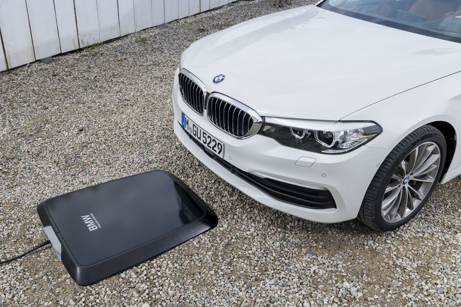 sursa imaginii https://www.theverge.com/2017/9/25/16363038/bmw-wireless-charging-pad-for-cars-530e