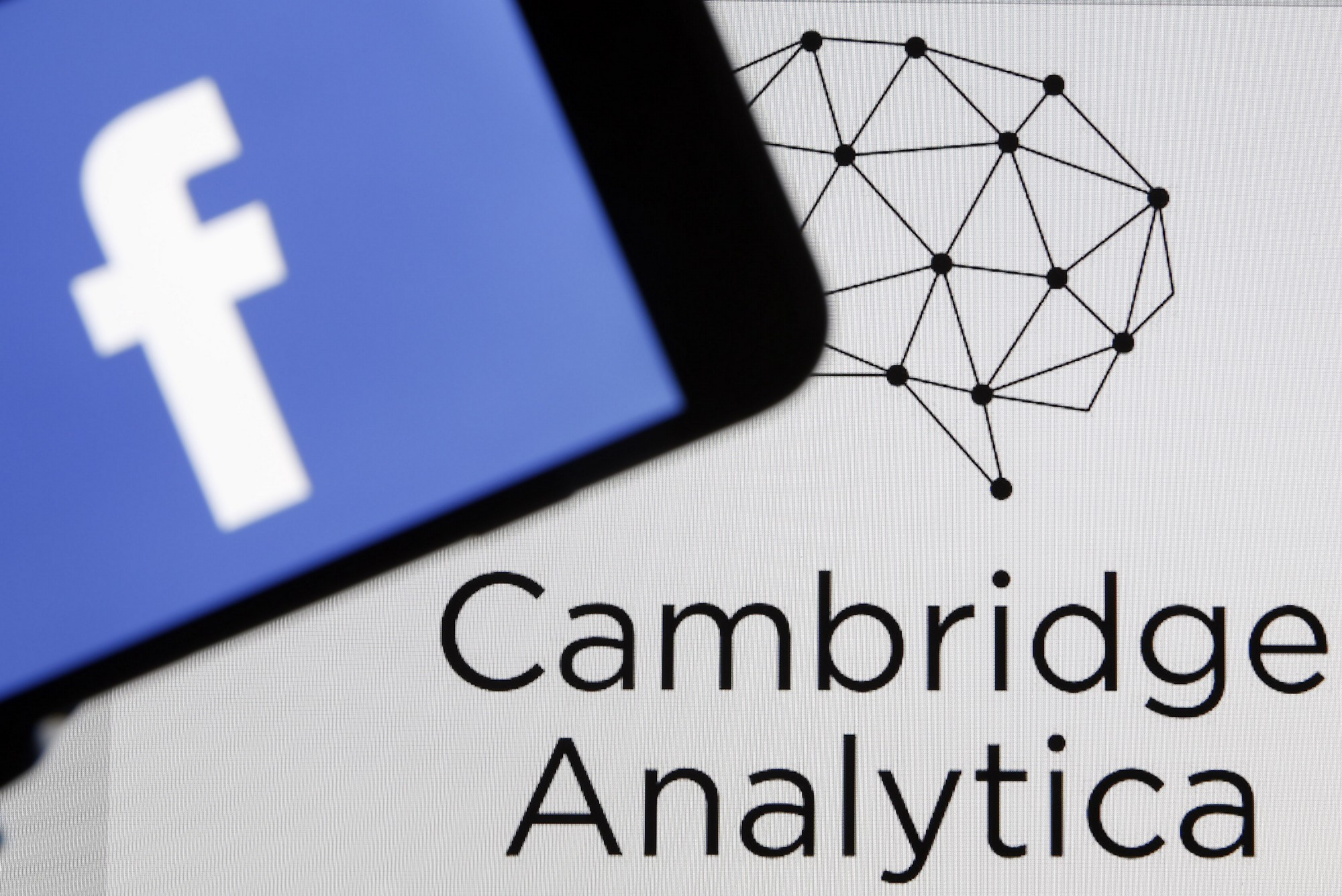 sursa imaginii https://medium.com/@PatrickRuffini/the-medias-double-standard-on-privacy-and-cambridge-analytica-1e37ef0649da