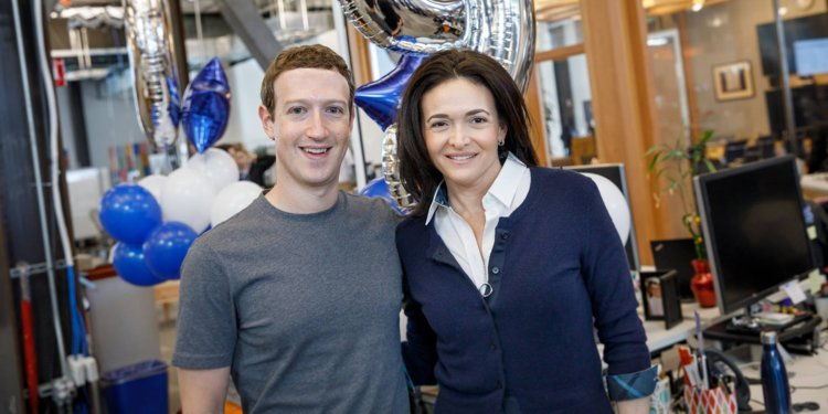 sursa imaginii http://www.businessinsider.com/facebook-ceo-mark-zuckerberg-sheryl-sandberg-pull-late-nights-cambridge-analytica-scandal-2018-3