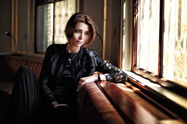 sursa https://www.wsj.com/articles/a-week-in-the-life-of-elif-shafak-1431099090