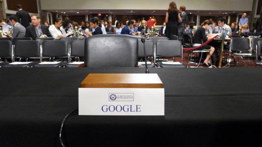 sursa imaginii: cnbc.com/2018/09/05/senate-intelligence-committee-shaming-google-alphabet-empty-chair.html